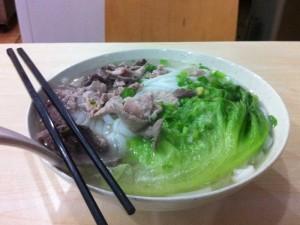 Supa cu taitei de orez cu pui ficat de porc si salata chinezeasca